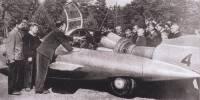 А. Смолин демонстрирует школьникам из Дворца пионеров в Горьком машину ГАЗ-СГЗ. Хорошо видны боковые антикрылья и реактивный двигатель.