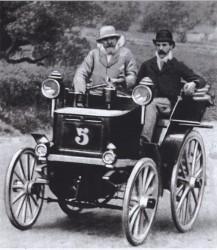 Победитель первой настоящей автогонки Эмиль Левассор за рулем своего автомобиля.